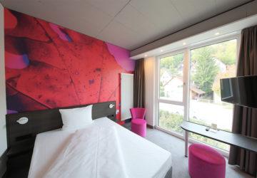 qubixx StadtMitteHotel. qubixx cozy - Zimmer ab 69€ Unser Wohlfühl-Zimmer mit 160 cm breitem Boxspring- Bett (französisches Bett).